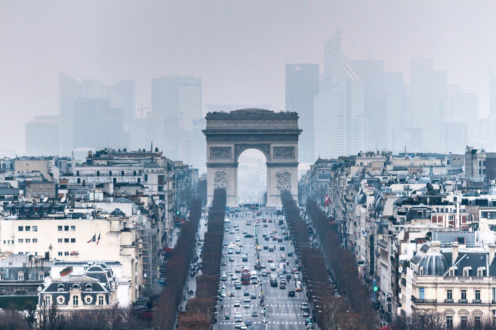 L'axe historique à Paris. Au premier plan, l'Arc de triomphe, en amont des Champs Elysées. En arrière plan, le centre d'affaire du quartier de la Défense.